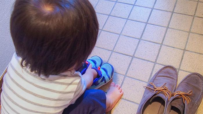 靴を履く子ども